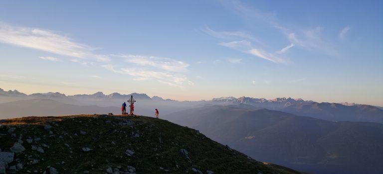 L'energia del sole: camminata all'alba con la scuola di alpinismo